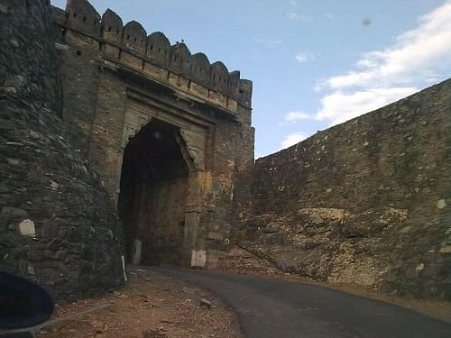 The preliminary stone archway. A kilometre from Kumbhalgarh fort