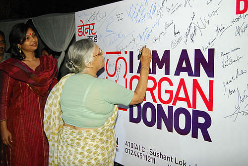 CM- Sheila Dixit Signing the donor card