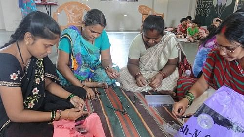 Women making fashion jewellery products in the training organised by Srujna