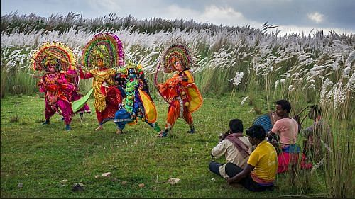 Performers practicing before the show (Image by Saumalya Ghosh)
