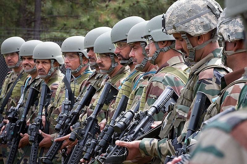 indian_army_paratroopers_learn_to_use_m4_carbines_at_the_beginning_of_yudh_abhyas_2013